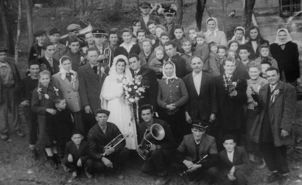 Magda (posve desno u crnome kaputu i s bijelom maramom) na svadbi Ane i Đure Petaka 1955. godine
