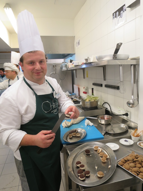 Chef Marko Futivić priprema desert za ocjenjivanje na Zagorskome chefu u svojoj kuhinji (Snimila Božica Brkan / Oblizeki)