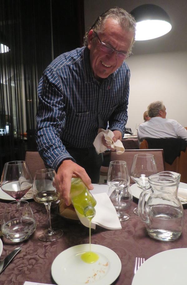 Neki Gastronauti poslije kušanja zagorskoga bučina počastili su kolege svojim svježim maslinovim bračkim uljem (Snimila Božica Brkan / Oblizeki)