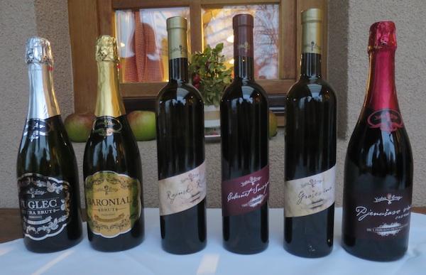 Vuglecova vina poredana kako su stizala na stol uz Vuglecove ukusne specijalitete (Snimila Božica Brkan / Oblizeki)