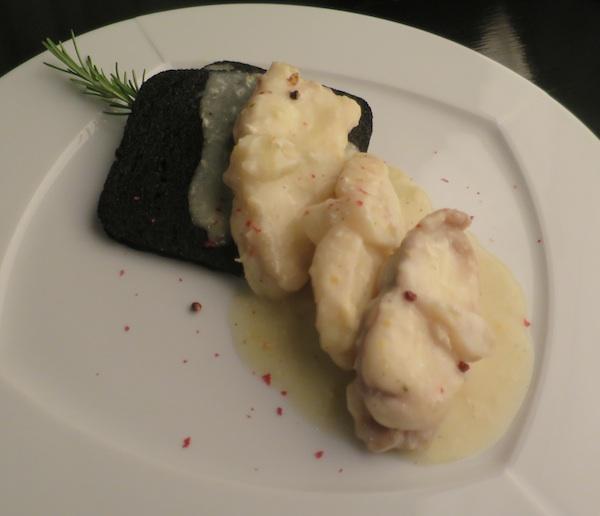 Krasna bijela riba pripremljena u vinu na kruhu crnome od sipina crnila (Fotografija Božica Brkan / Oblizeki)