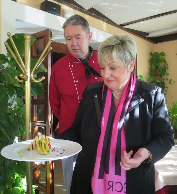 U restoranu Domino u Dramlju: chef Dragan Visković i dr. Vlasta Brozičević o sadržaju tanjura za pacijente ih 86 zemalja i tkozna kakvim sve dijagnozama (Fotografija Božice Brkan / Oblizeki)