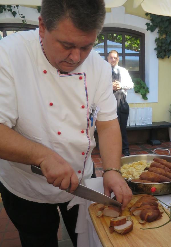 Chef Tomislav Špiček reže svoju reaciju pisanicu u kori od čvaraka (Fotografija Božica Brkan / Oblizeki)