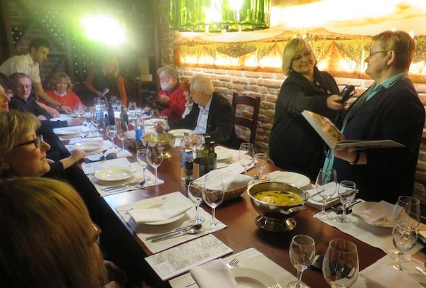 "Nisam propustila kolegama pročitati pjesmu na kekavici iz svoje knjige ""oblizeki - Moslavina za stolom! (Fotografija Miljenko Brezak / Oblizeki)"