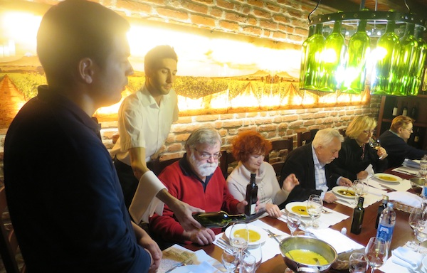 Mladi vinar Mikša i konobar Noel Kovačić Diers brinu o gostima-novinarima (Fotografija Miljenko Brezak / Oblizeki)