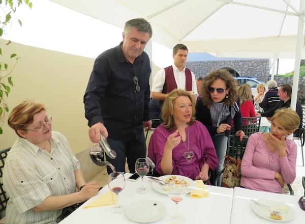 Božica Brkan, Karin Mimica i dio ekipe na lošinjskom gostovanju Kluba Gastronaut u kušanju vina u restoranu Televrin (Fotografija Miljenko
