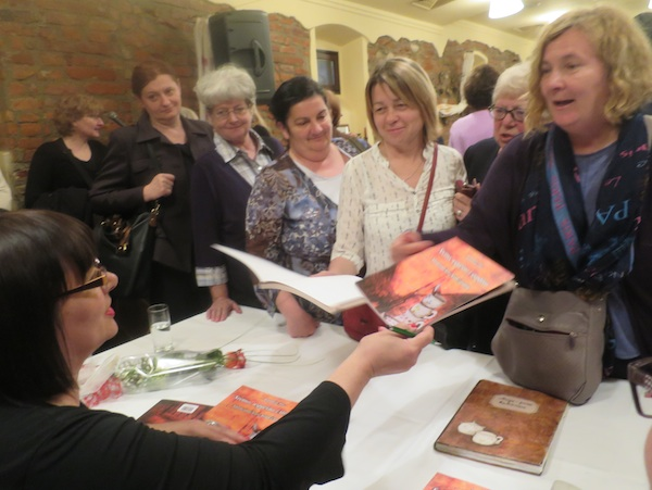 Autorica potpisuje knjigu brojnoj publici (Fotografija Miljenko Brezak / Oblizeki)