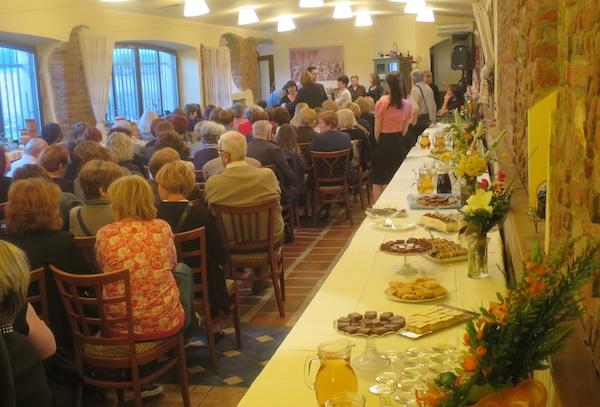 Desno publika, a lijevo stol sa slasticama (Fotografija Miljenko Brezak / Oblizeki)