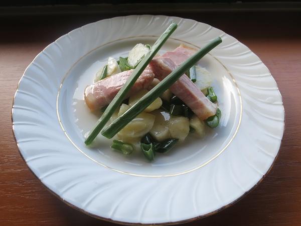 Ukusno predjelo koje može postati i glavno jelo: šunka iz ulja s krumpir salatom začinjenom uljem ispod šunke (Fotografija Božica Brkan / Oblizeki)