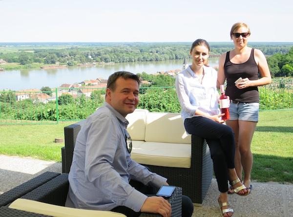 Na terasi enoteke Barrique Mislav Togonal s HTV-a u zavičaju, Marina Šašlin i Kristina Pinkert iz istoimene vinarije s pogledom na Dunav i Batinu (Fotografija Božica Brkan / Oblizeki)