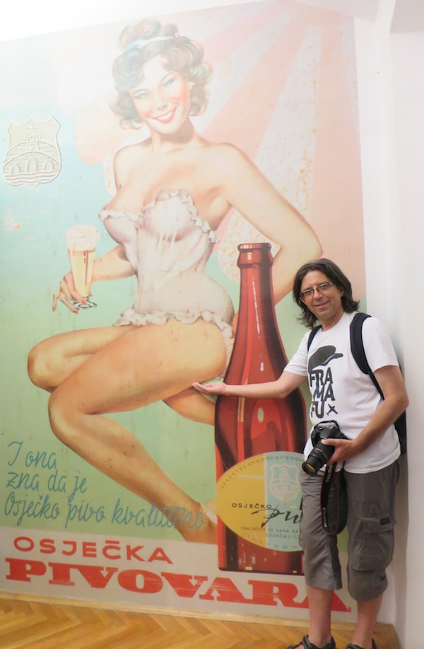 Kolegu Gorana Gazdeka, majstora za pivo, morala sam ovjekovječiti uz maestralno dizajniran stari plakat za Osječko (Fotografija Božica Brkan / Oblizeki)