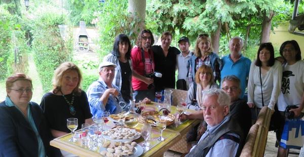 Gospođa Nada Čočić u svome vrtu ugostila je nas novinare u svome vrtu zmajevačkim vinima iz obiteljskoga podruma te slasticama slanim i slatkim (Fotografija Miljenko Brezak / Oblizeki)