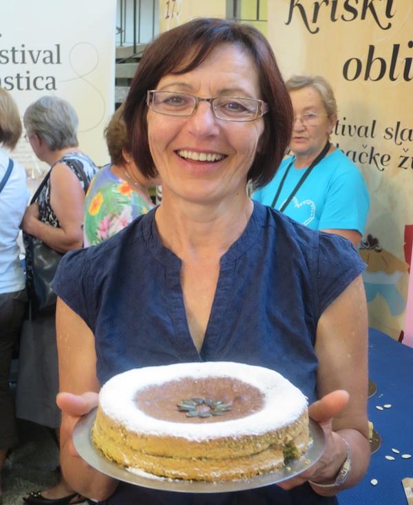 Branka Mucak Pugar sa svojom nagrađenom tortom (Fotografija Miljenko Brezak / Oblizeki)