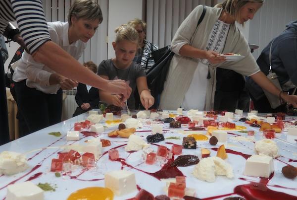 Publika oba spola i svih uzrasta radoznalo kuša sve okuse oslikana stola (Fotografija Miljenko Brezak / Oblizeki)