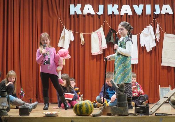 Svestrana: na pozornici Kajkavijade 2015. u Krapinskim Toplicama: u prvom planu Jana Krivec i Ana Kumpes (Fotografija Miljenko Brezak)