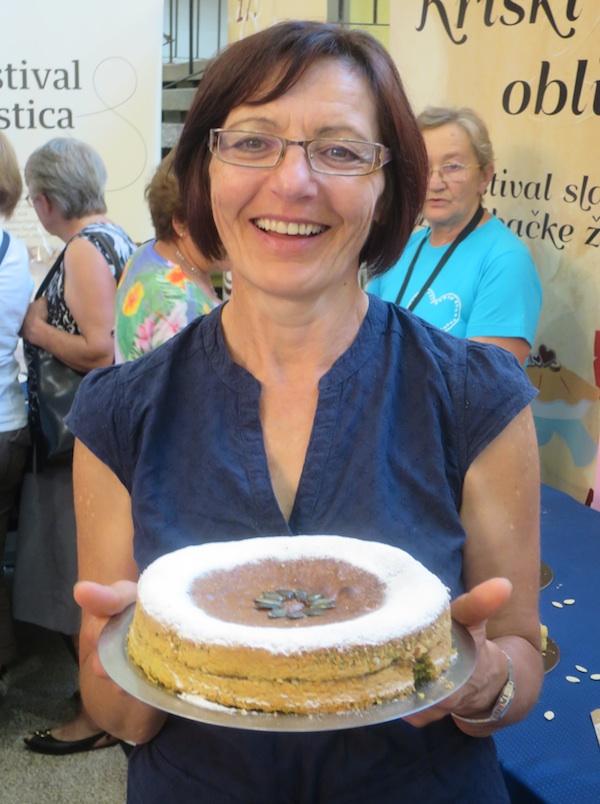 Branka Mucak Pugar sa svojom tortom, nagrađenom i navišom nagradom izložbe nazvane prema dobročiniteljici Miri Todorić (Fotografija Miljenko Brezak / Oblizeki)