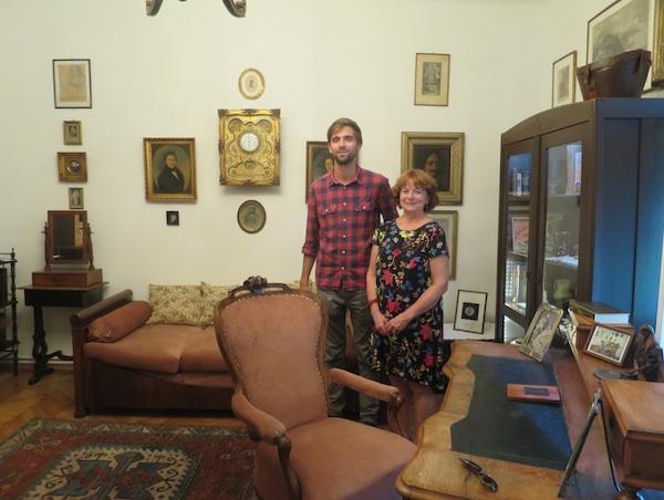 Jasmina i Ivan Res okruženi Augustovim predmetima te predmetima posvećenima njemu (Fotografija Miljenko Brezak / Oblizeki)