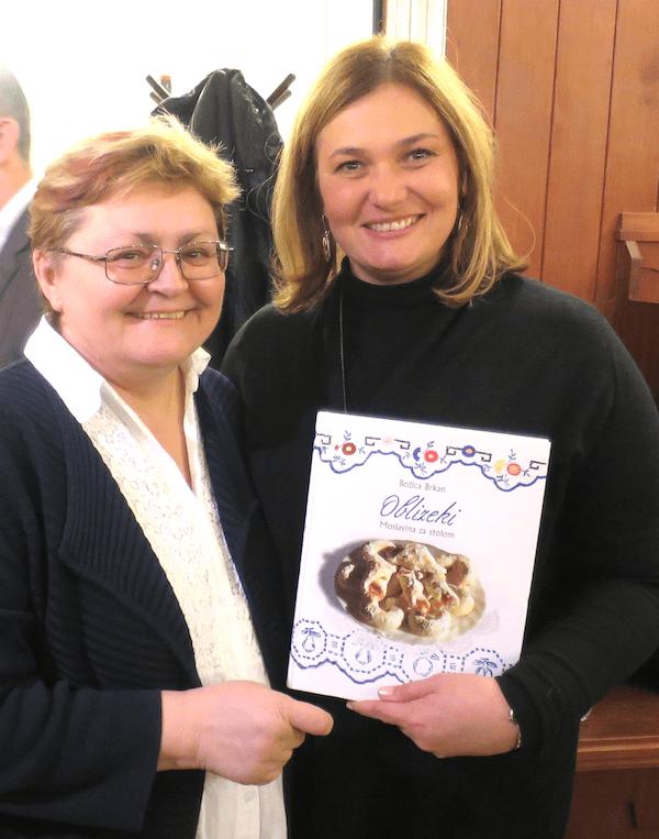 Knjiga Oblizeki - Moslavina za stolom Božice Brkan iz ruku autorice konzulici RH u Pečuhu Vesni Halugi (Fotografija Miljenko Brezak / Oblizeki)