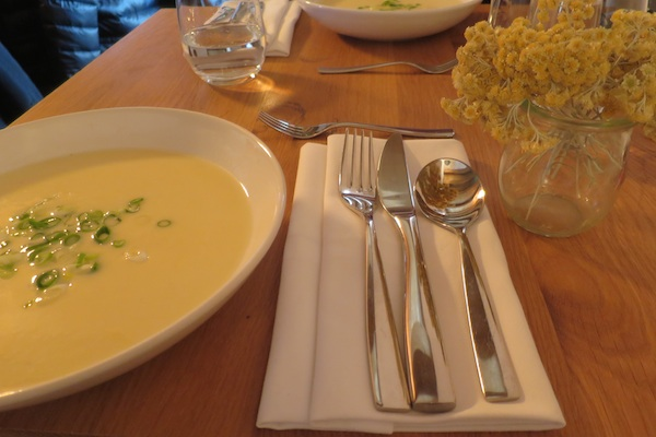 Lijepo poslužen stol također pun mirisa (Fotografija Božica Brkan / Oblizeki)