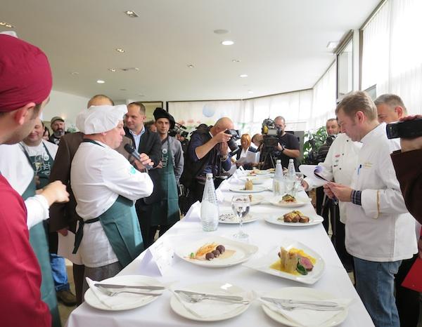 Napetost: kuhari tumače jela ocjenjivačkom sudu (Fotografija Miljenko Brezak / Oblizeki)