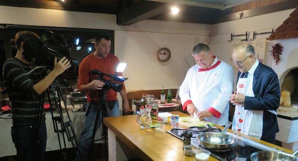 U kuhinji i pred kamerama (Fotografija Miljenko Brezak / Oblizeki)