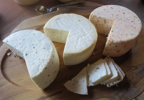 Ponuda sireva za doručak u restoranu Žganjer u okolici Ozlja (Fotografija Božica Brkan / Oblizeki)