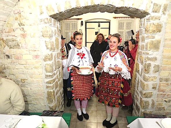 Mlade Šokice u vinariji Jaksics poslužuju šokački grah i lijepim nošnjama (Fotografija Božica Brkan / Oblizeki)