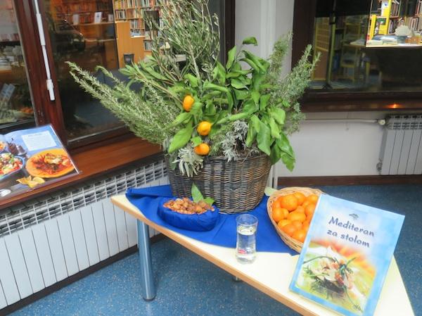 Otočno mirisno začinsko bilje, mandarinke i Hrvatska za stolom (Fotografija Miljenko Brezak / Oblizeki)