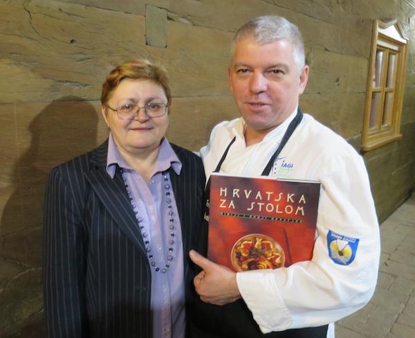 Mjesec knjige u Majsecovu mlinu: chef Marko Živaljić i Božica Brkan s njezinom knjigom Hrvatska za stolom (Fotografija Miljenko Brezak / Oblizeki)