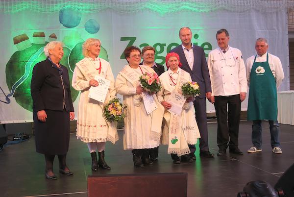 Pobjednice 11. Babičinih kolača sa županom Željkom Kolarom, predsjednicom žušanijske Skuoštine Vlastom ?? i ocjenjivačkim sudom (Fotografija Miljenko Brezak / Oblizeki)