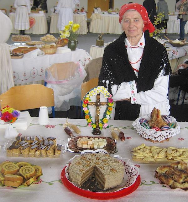 Olga Hršak za svojim ovogodišnji, jedananestim izložbenim stolom (Fotografija Miljenko Brezak / Oblizeki) Olga Hršak za svojim ovogodišnji, jedananestim izložbenim stolom (Fotografija Miljenko Brezak / Oblizeki)