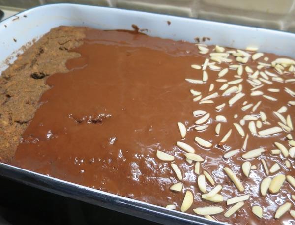 Goli pečeni kolač, preliven vrućom ocaklinom te posut oguljenim bademima (Fotografija Božica Brkan / Oblizeki)