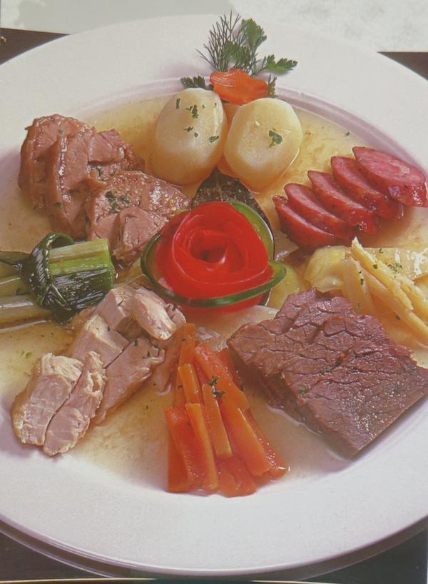 Više vrsta i mesa i povrća iz fransukog lonca (Fotografija Vegeta u svijetu/ Davor Marjanović / Oblizeki)