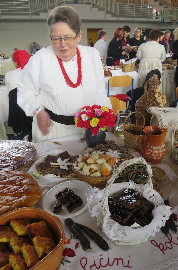 Dobro društvo zagorskih starinskih kolača za kolač pripremljen s mediteranskim sirotinjskim brašnom, rogačevim (Fotografija Božica Brkan / Oblizeki)