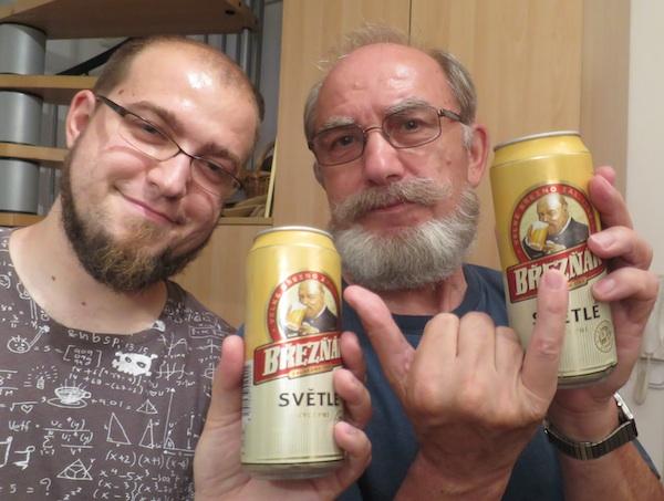 Moji Brezaki Ivan Brezak Brkan i Miljenko Brezak sa suvenirskim češkim pivom svojim umalo imenjakom (Fotografija Božica Brkan / Oblizeki)