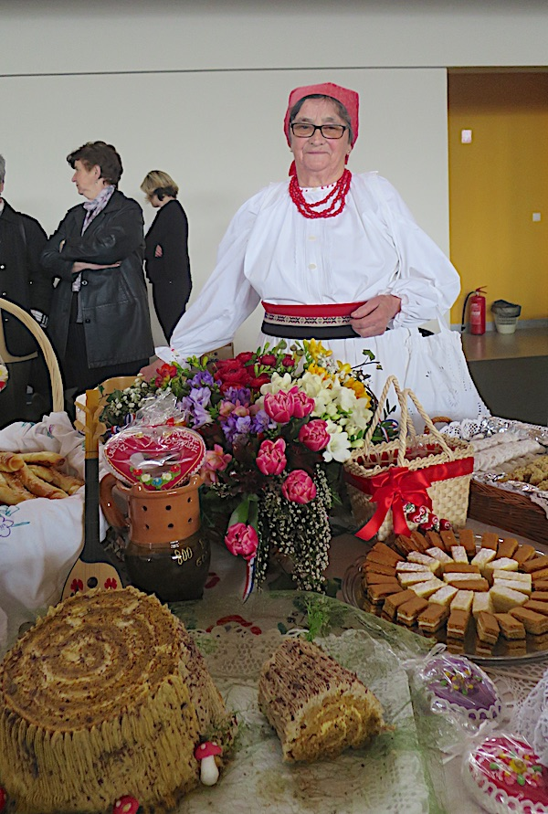 Milka Vinković za scojim izložbenim stolom sa starinskom tortom u obliku panja na nov način (Fotografija Miljenko Brezak / Oblizeki)