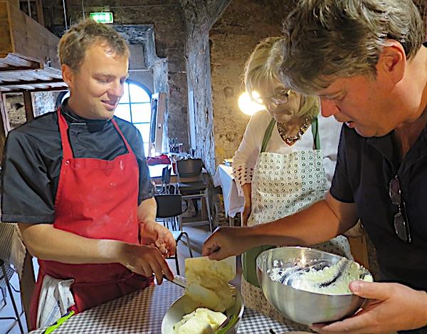 Domaćini kuhanja voditelj Johann i Roland iz Turističke zajednice Salzburga sa suprugom Margit (Fotografija Božica Brkan / Oblizeki)
