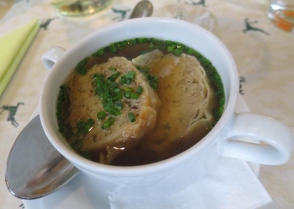 Bistra juha poslužena s kriskama savijače punjene mljevenim mesom (Fotografija Božica Brkan / Oblizeki)