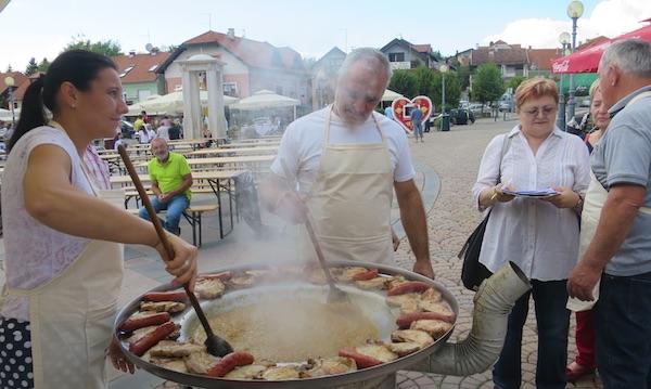Ocjenjivački sud u obilasku MO Laz: tko se dima ne nadimi, ostane bez dobre kotlovine (Fotografija Miljenko Brezak / Oblizeki)