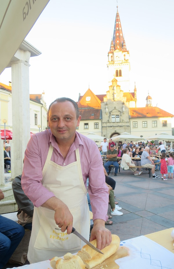 Načelnik Općine Marija Bistrica Josip Milički i drugi je mandat zaradio, ako treba, i rezanjem kruha (Fotografija Miljenko Brezak / Oblizeki)