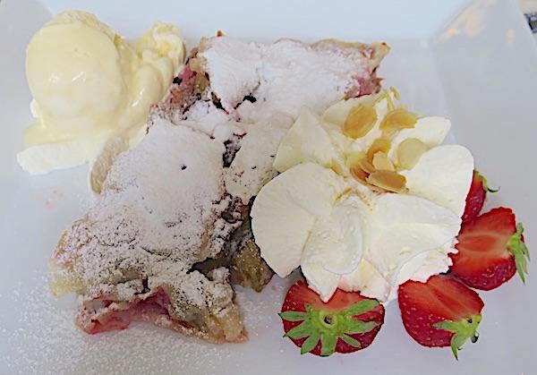 Štrudla nadjevena rabarbarom i oplemenjena sladoledom od vanilije, tučenim slatkim c+vrhnjem i svježim jagodama (Fotografij Božica Brkan / Oblizeki)