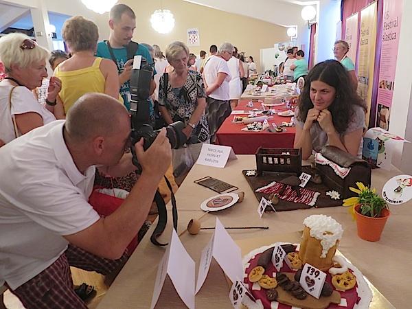 Fotoreporter Dražen Kopač snima ponovljenu pobjednicu (Fotografija Miljenko Brezak / Oblizeki)