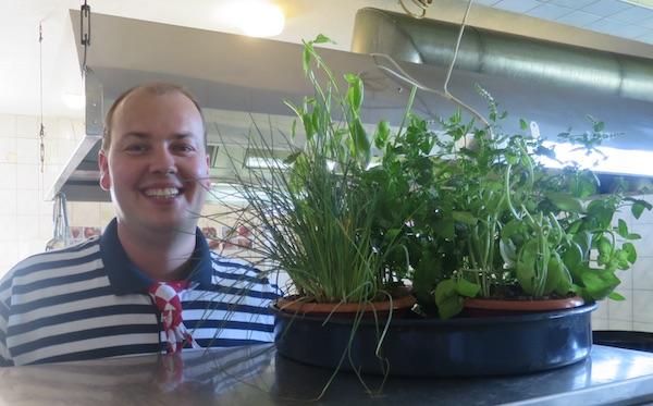 Chef Kristian s rezervom začinskoga bilja u kuhinji Ville Neretve, koja je loncima začinskog bilja sva namirisana (Fotografija Božica Brkan / Oblizeki)
