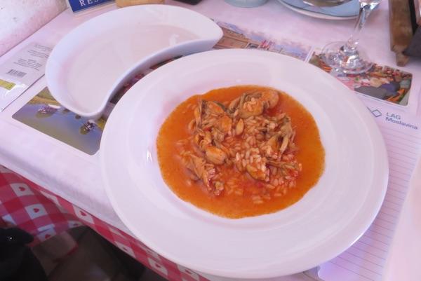 Uz tanjur s rižotom i tanjurić za odlaganje kostiju žabljih krakova (Fotografija Božica Brkan / Oblizeki)