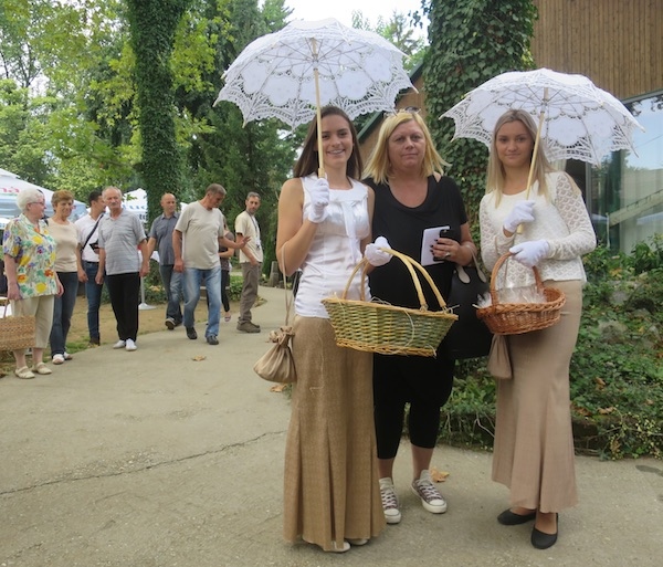 Profesorica sa svojim učenicama-frajlicama nuda čokoladne praline (Fotografija Miljenko Brezak / Oblizeki)