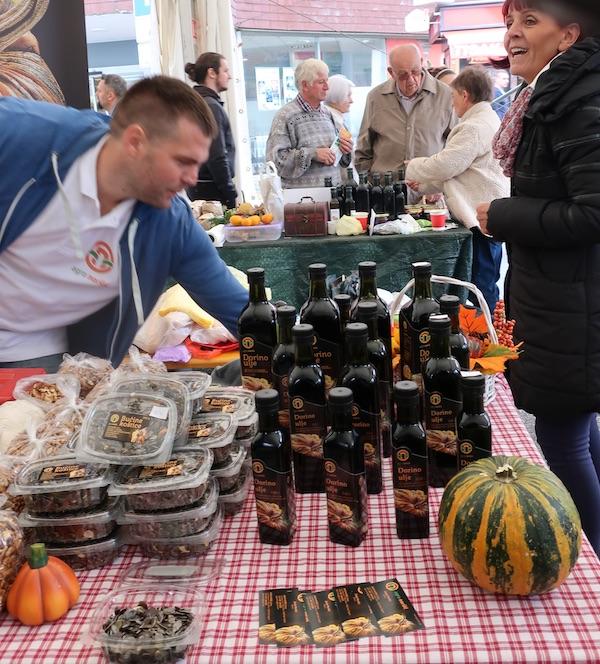 Jedni traže ulje, drugi koštice golice, treći brašnp, četvrti kruh ... (Fotografija Božica Brkan / Oblizeki)