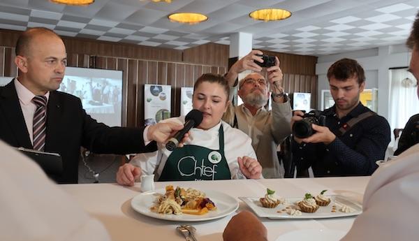 Vice Zaroska chefica Nikolina opisuje svoje jelo ocjenjivačkome sudu (Fotografija Božica Brkan / Oblizeki)
