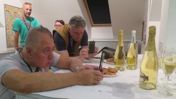 Novinari zafotkani u lokalni pjenušac i šapice bez glutena (Fotografija Božica Brkan / Oblizeki)