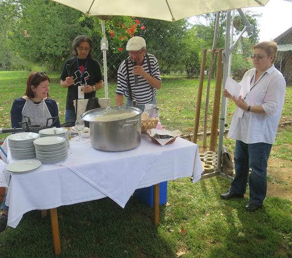 Na kuharsko-novinarskom niskom startu: chef Žižo i pomoćnica Kristina Olujić, voditelj Goran Gazdek i Božica brkan da zapiše recept (Fotografija Miljenko Brezak / Oblizeki)
