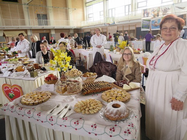 Gospođa Zdenkica Ljubić za svojim pobjedničkom stolom na Babičinim kolačima u Donjoj Stubici (Fotografija Miljenko Brezak / Oblizeki)